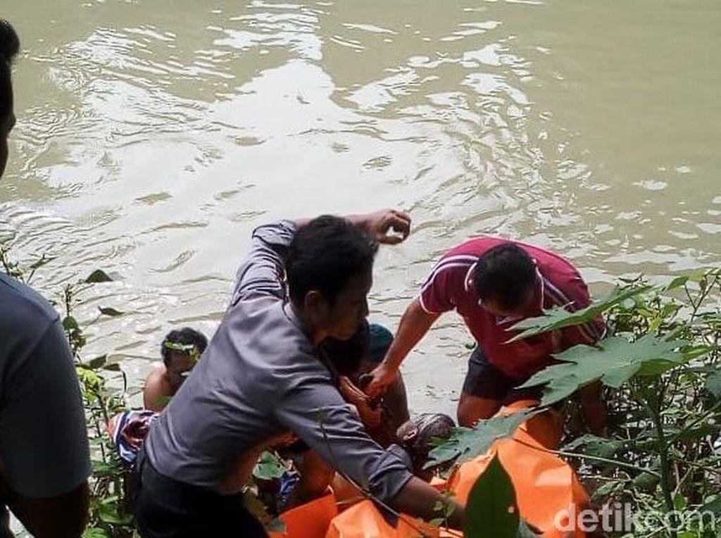 Mayat Pria Bertato Ditemukan Mengapung di Sungai Rembang