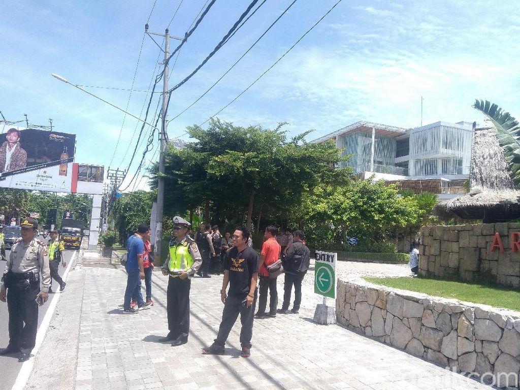 Ratusan Polisi Jaga Talk Show Rocky Gerung di NTB, Water Cannon Disiagakan