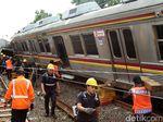 Evakuasi KRL Terguling Digenjot Hingga Malam, Hujan Tak Jadi Rintangan