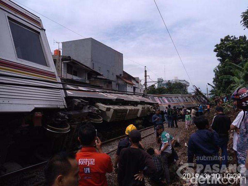 Foto KRL Jakarta-Bogor Terguling di Kebon Pedes