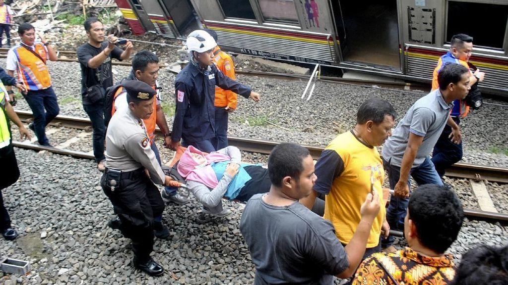 Foto: Evakuasi Korban Luka KRL Jakarta-Bogor Anjlok
