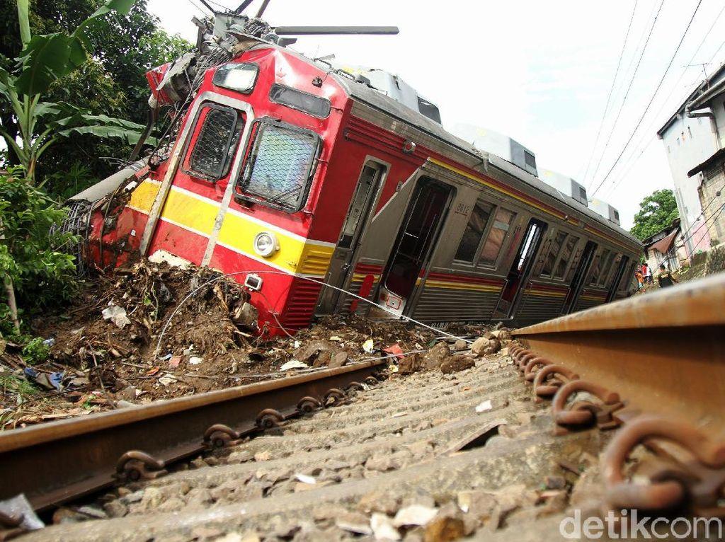 Melihat Kerusakan KRL Anjlok di Bogor Hingga ke Ruang Masinis