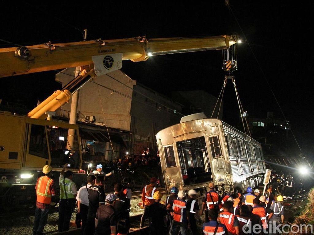 Begini Proses Evakuasi KRL Anjlok dengan Crane yang Ditarget Selesai Malam ini