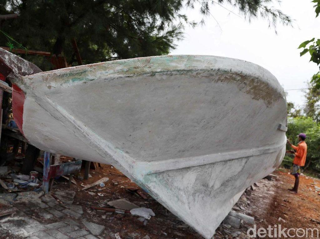 Mengintip Pembuatan Perahu di Pulau Harapan