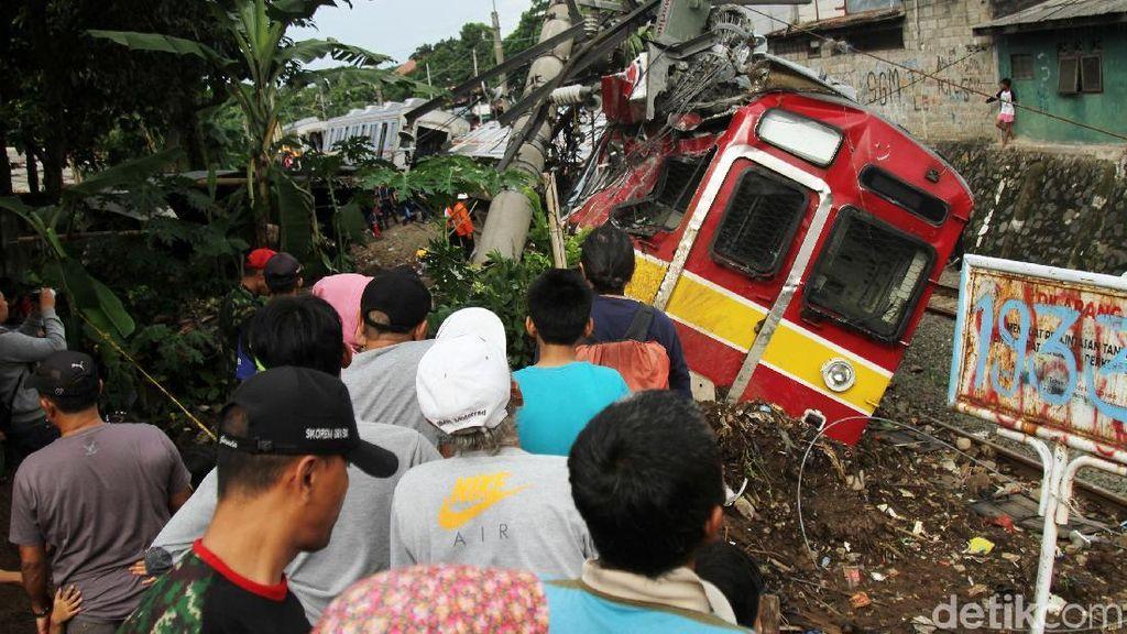 Momen Warga Tonton KRL Anjlok di Bogor