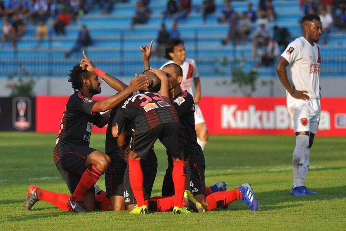 Pesepak bola Persipura Jayapura merayakan kemenangan saat melawan PSM Makassar usai laga grup C Piala Presiden 2019 di stadion Moch Subroto Magelang, Jawa Tengah, Minggu (10/3/2019). Persipura Jayapura berhasil mengalahkan PSM Makassar dengan skor 1:0. ANTARA FOTO/Anis Efizudin/foc.
