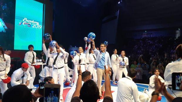 Heboh! Aksi Dance Sandiaga Bertopeng & Tendang Bola ke Milenial Jabar