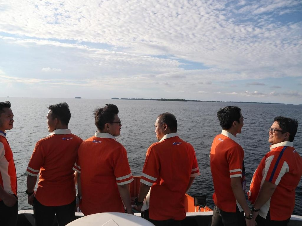 Demi Gaet Nasabah, Staf Bank Ini Terjang Ombak ke Pulau Terpencil