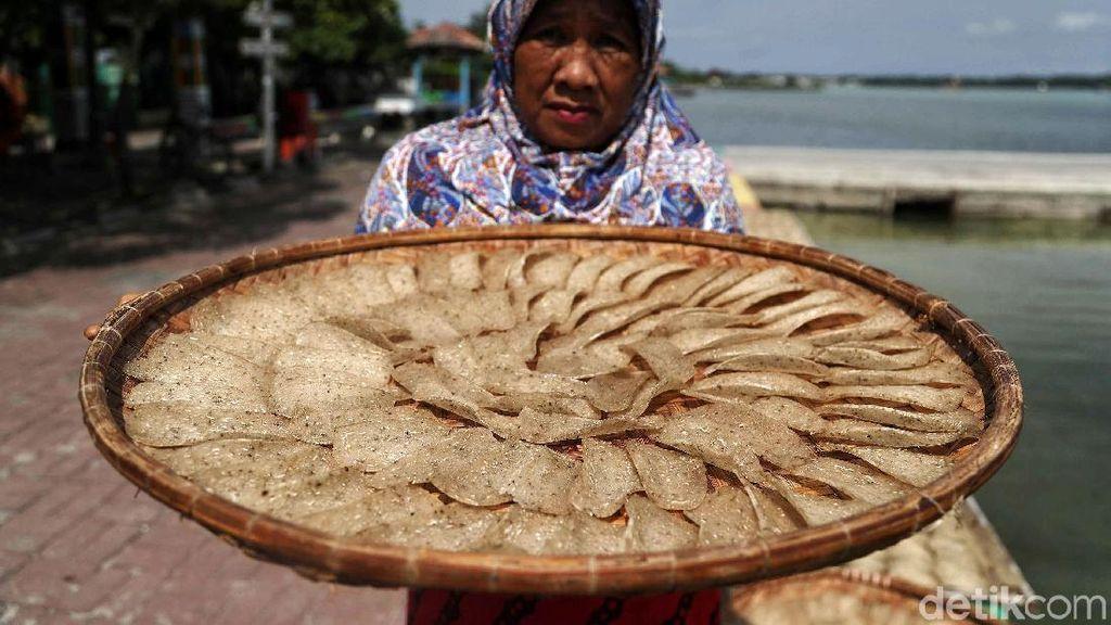 Melihat Pembuatan Kerupuk Ikan di Pulau Harapan