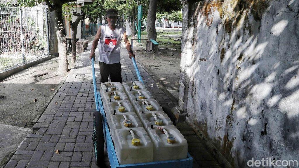Potret Penjual Air Bersih di Pulau Harapan