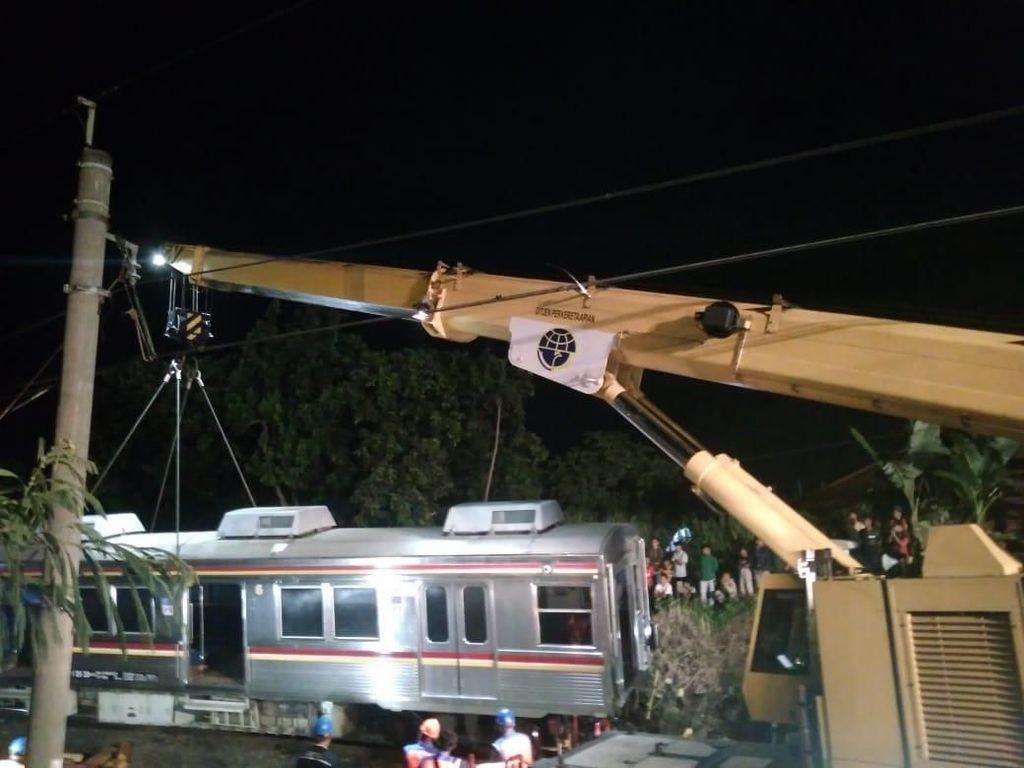 Foto: Proses Evakuasi KRL Anjlok di Bogor Terus Dikebut Hingga Malam