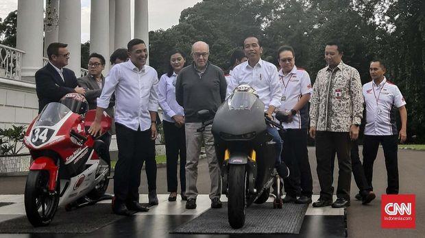 Sebelum MotoGP Indonesia, Jokowi Cicip Duduk di Motor Marquez