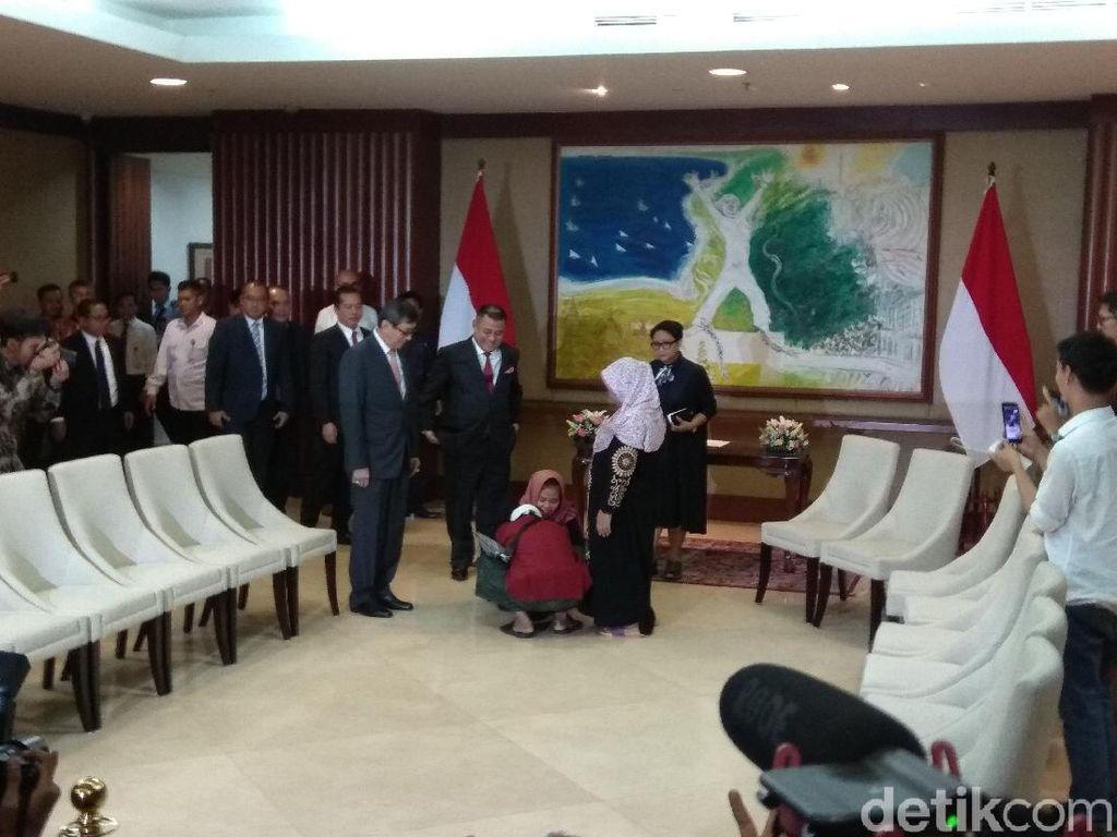 Bahagianya Siti Aisyah Bertemu Orang Tua