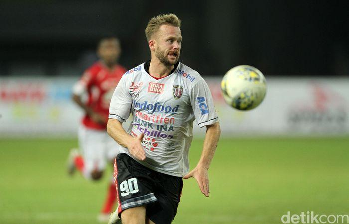 Melvin Platje yang membawa Bali United memimpin 1-0. Memanfaatkan umpan terobosan, sepakannya merobek gawang Rendy Oscario.