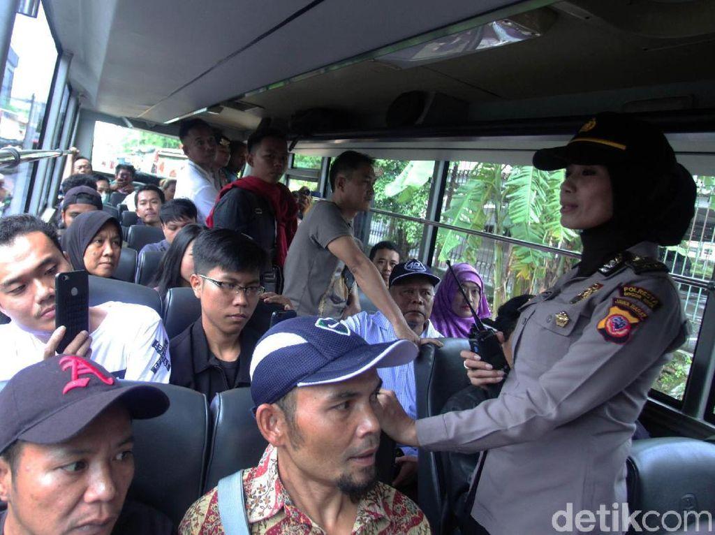 Penumpang KRL Stasiun Bogor Manfaatkan Bus dan Truk Polisi