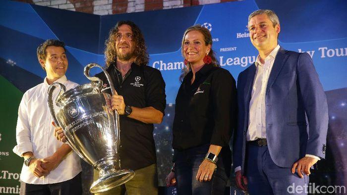 Head Media dan Public Relations UEFA, Thomas Giordano (kanan), bersama Carles Puyol di Jakarta. (Foto: Grandyos Zafna/detikcom)