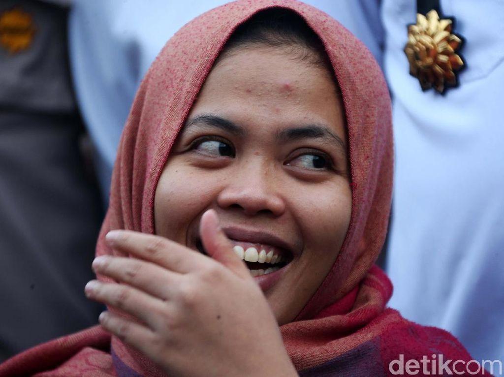 Tawa Bahagia Siti Aisyah saat Tiba di Tanah Air