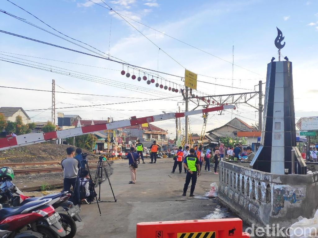 KRL Anjlok Dievakuasi, Perlintasan Kereta Kebon Pedes Masih Ditutup