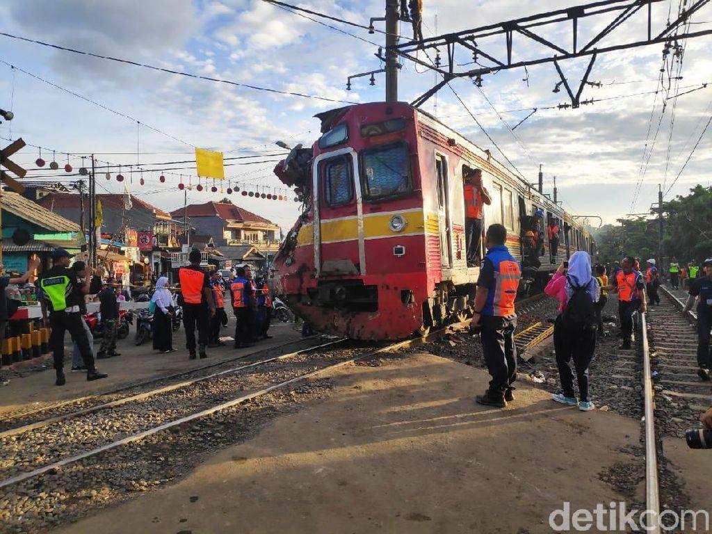 3 Gerbong Anjlok Dievakuasi Kereta Penolong ke Dipo KRL Bogor