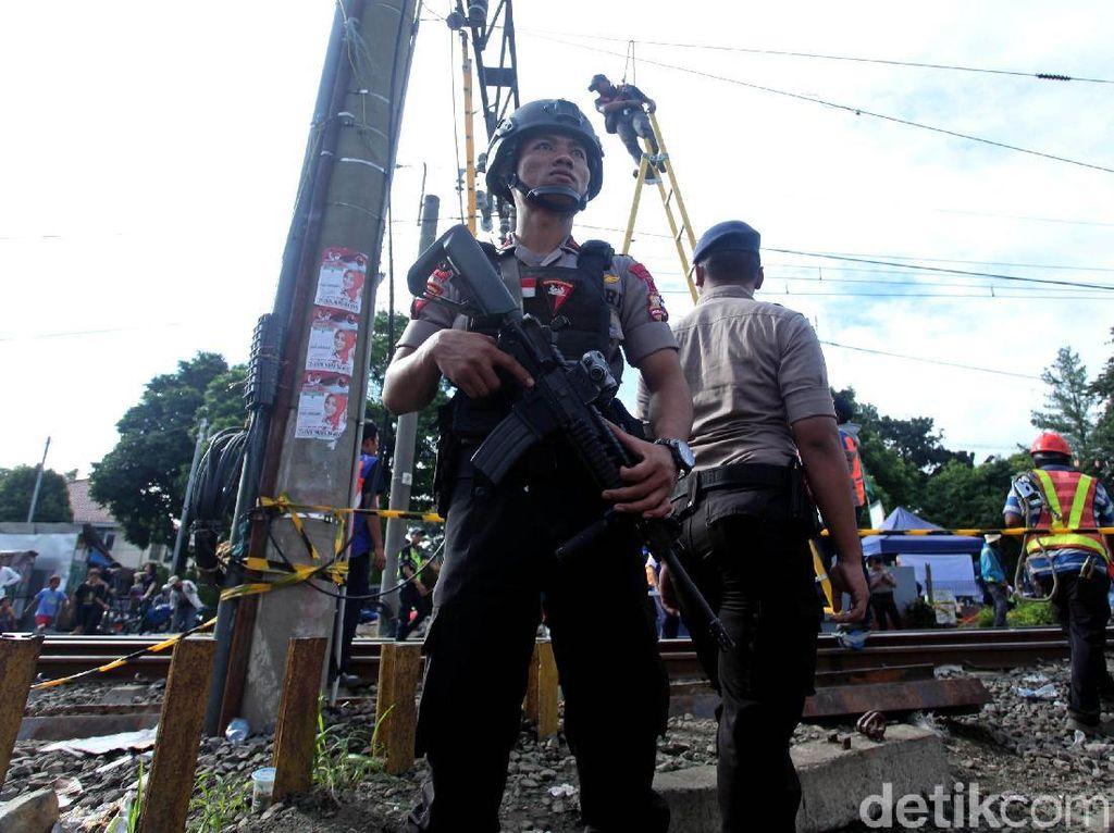 Polisi Berjaga di Lokasi KRL Anjlok Jalur Jakarta-Bogor