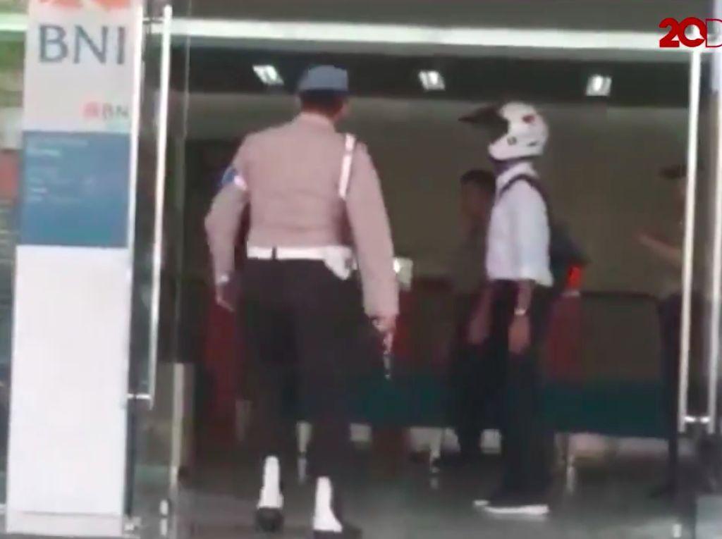 Video Pria Ini Dilumpuhkan Polisi karena Bawa Parang ke Kantor Bank