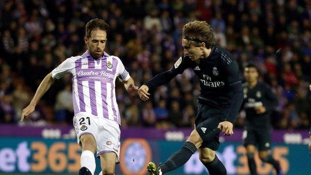 Aksi Luka Modric mencetak gol keempat Madrid ke gawang Valladolid