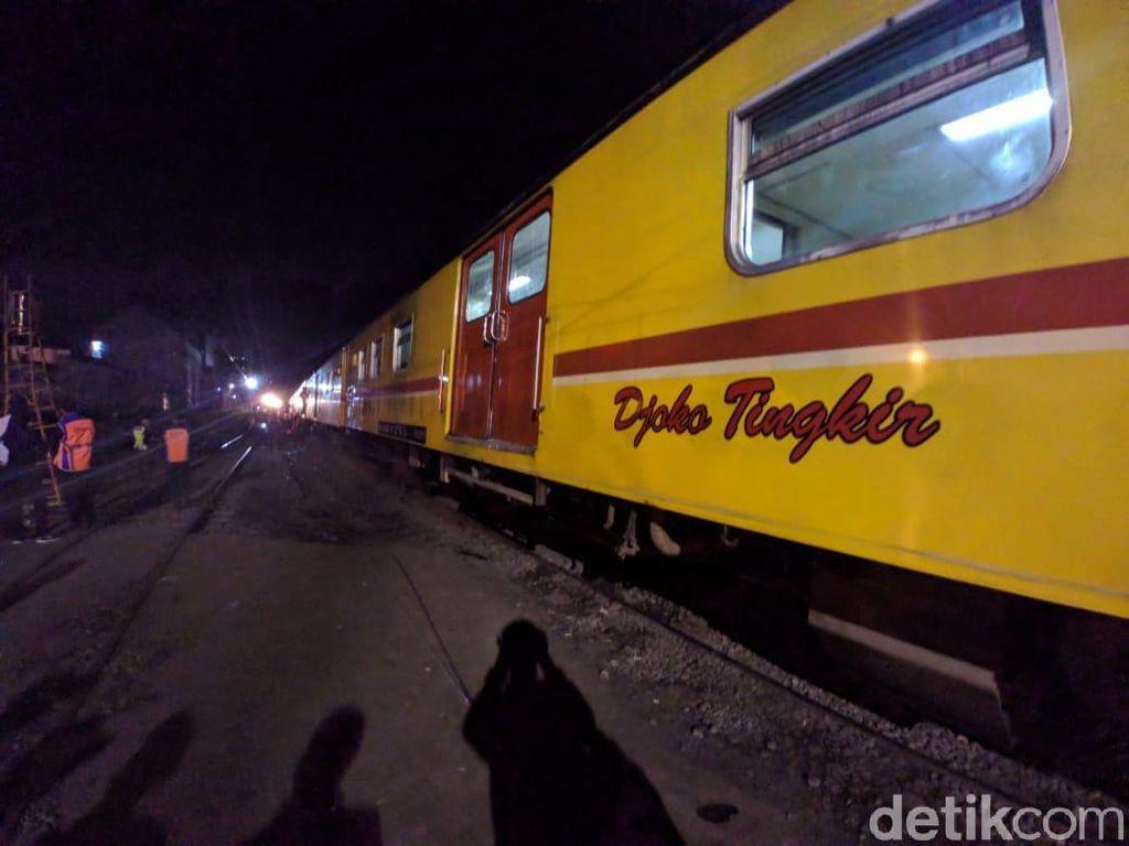 Akan Evakuasi 3 Gerbong, Kereta Penolong Tiba di Lokasi KRL Anjlok