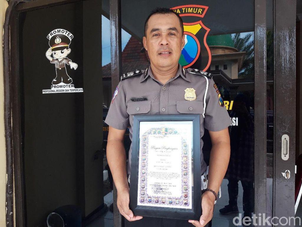 Aksi Heroik Polisi Selamatkan Korban Banjir Diganjar Penghargaan