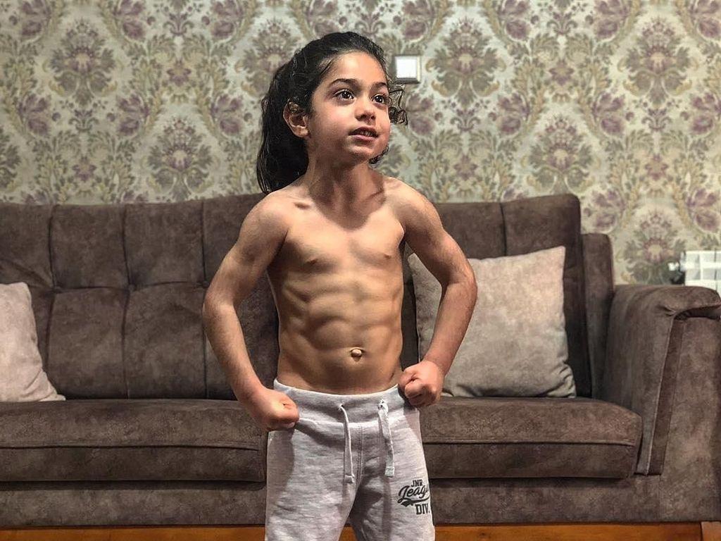 Arat Hosseini, Bocah Lima Tahun yang Bikin Geger karena Berperut Sixpack