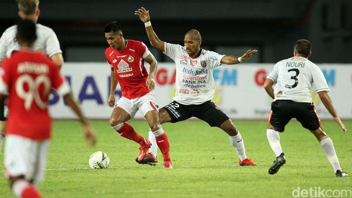 Bertanding di Stadion Patriot Chandrabhaga, Bekasi, Senin (11/3/2019), Bali United langsung unggul cepat atas Semen Padang. Di menit kelima, gol pertama dicetak.