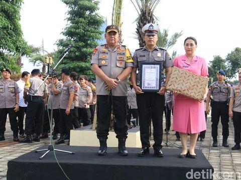 Kapolda Jatim Irjen Luki Hermawan mengganjar Aiptu Sujadi dengan sebuah penghargaan