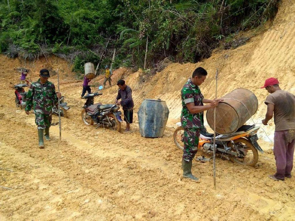 Saat TNI Bahu Membahu Perbaiki Jalan di Landak