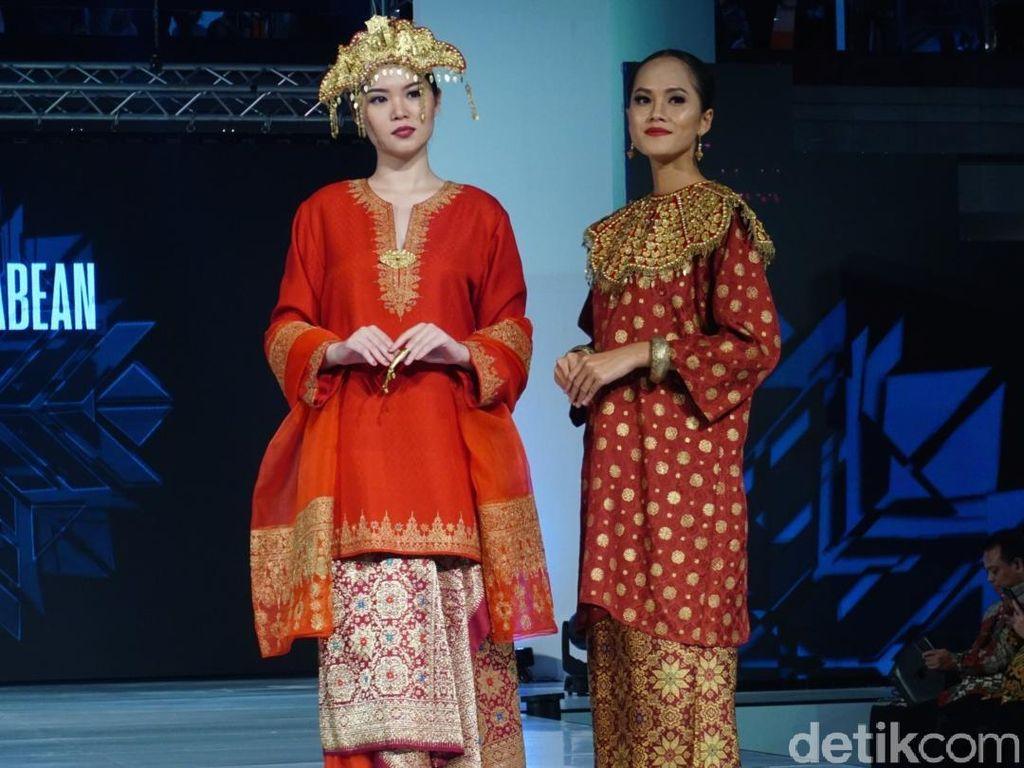 Terpikat Songket Sumatera Nan Elegan di Koleksi Ghea Panggabean