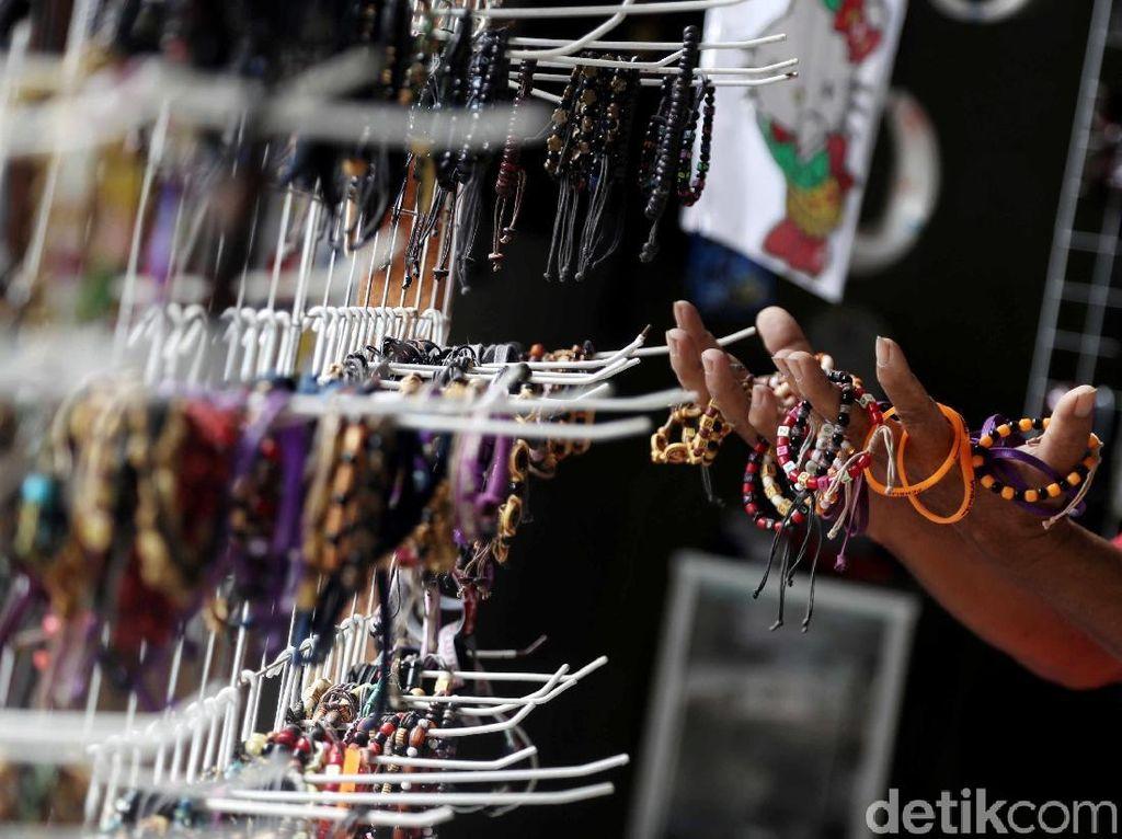 Melihat Ragam Pernak-pernik Souvenir Pulau Harapan