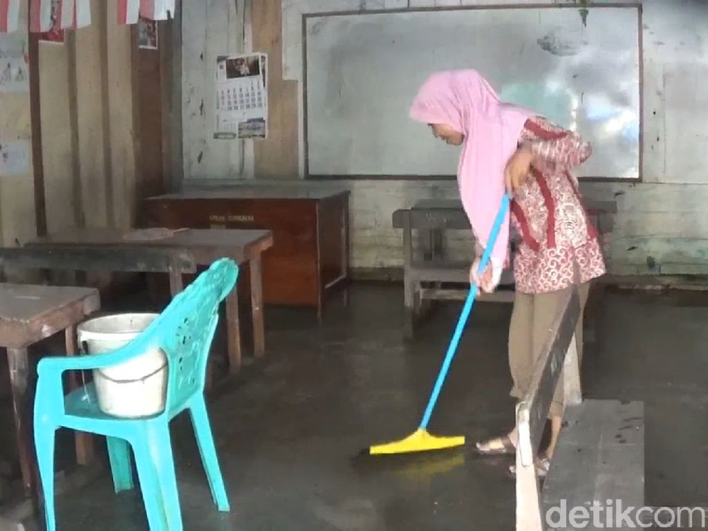 Warga Lamongan Bersih-bersih Pascabanjir Surut