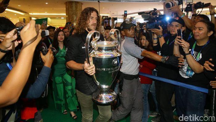 Carles Puyol membawa trofi Liga Champions ke Jakarta. (Foto: Grandyoz Zafna/Detikcom)