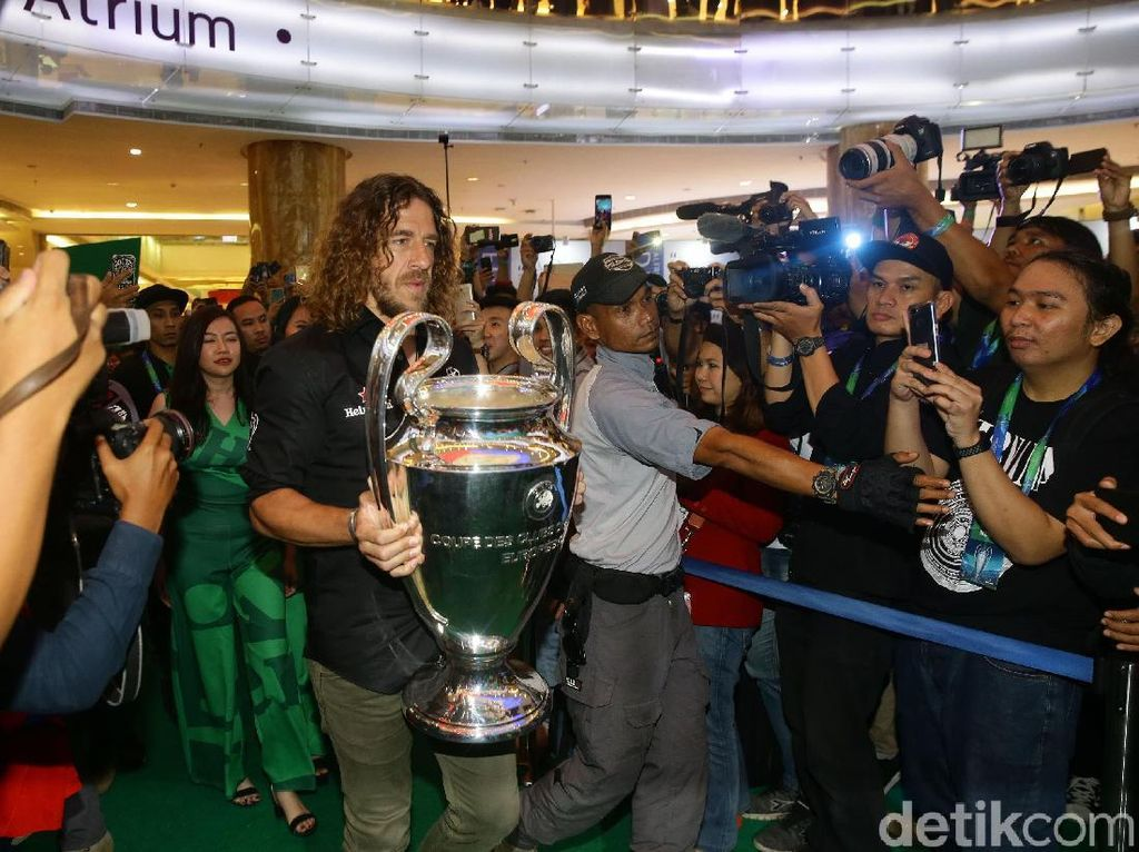 Carles Puyol Sapa Fans di Jakarta