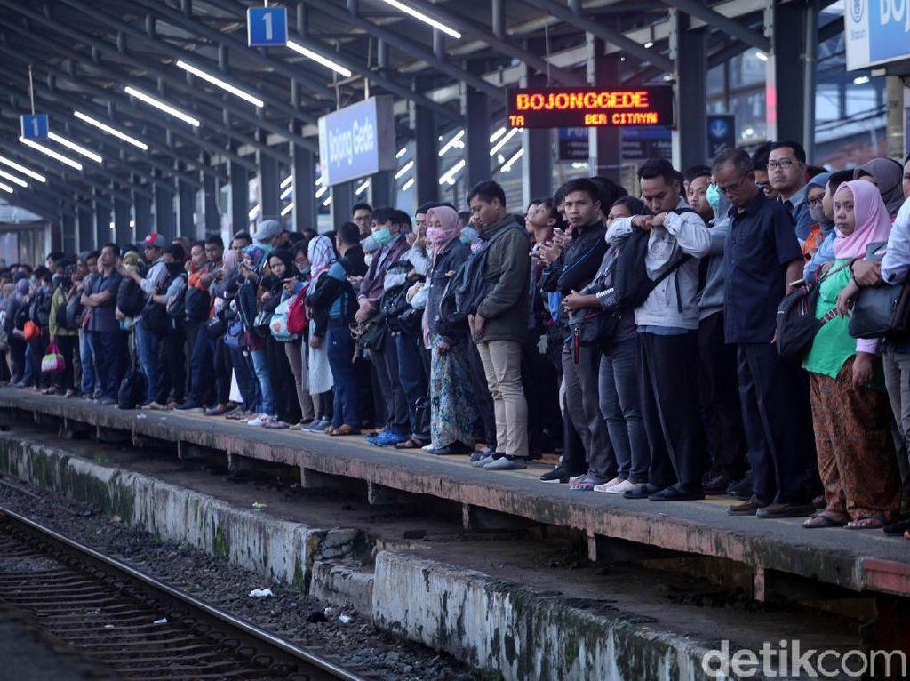 Imbas KRL Terguling, Penumpang Menumpuk di Stasiun Bojong Gede
