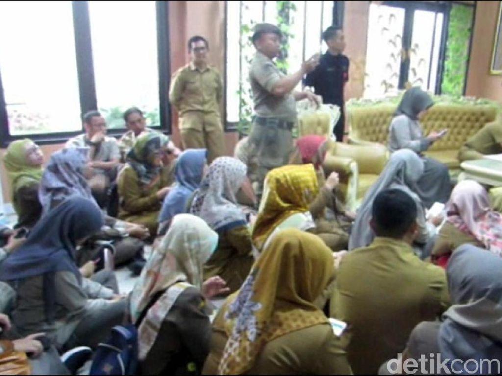 Tagih Tunjangan, Pegawai RSUD Ciereng Demo di Kantor Bupati Subang