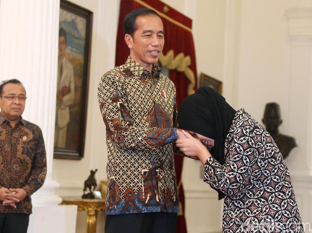 Momen Siti Aisyah Cium Tangan Jokowi Tiga Kali