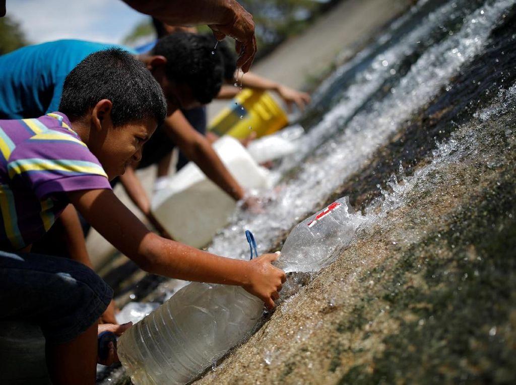 Potret Kacaunya Venezuela: Air Minum dari Selokan Hingga Penjarahan