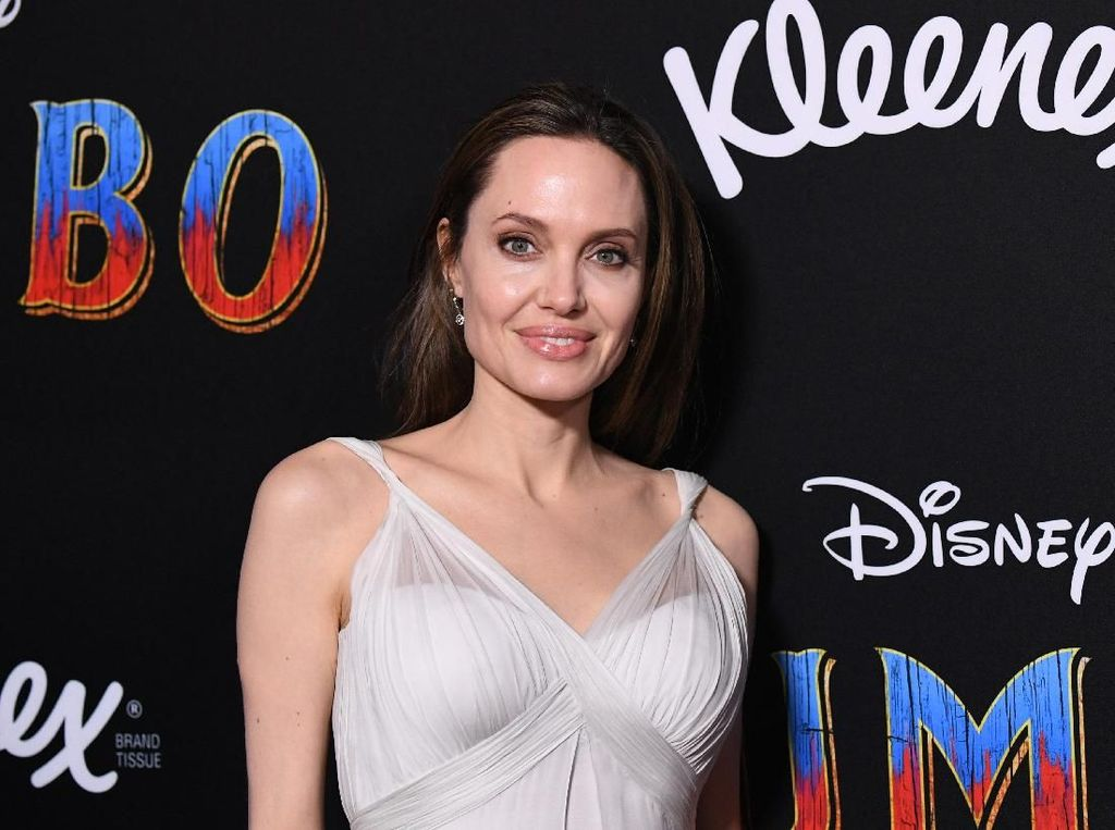 Antarkan Anak Sekolah di Korea, Angelina Jolie Mengaku Emosional