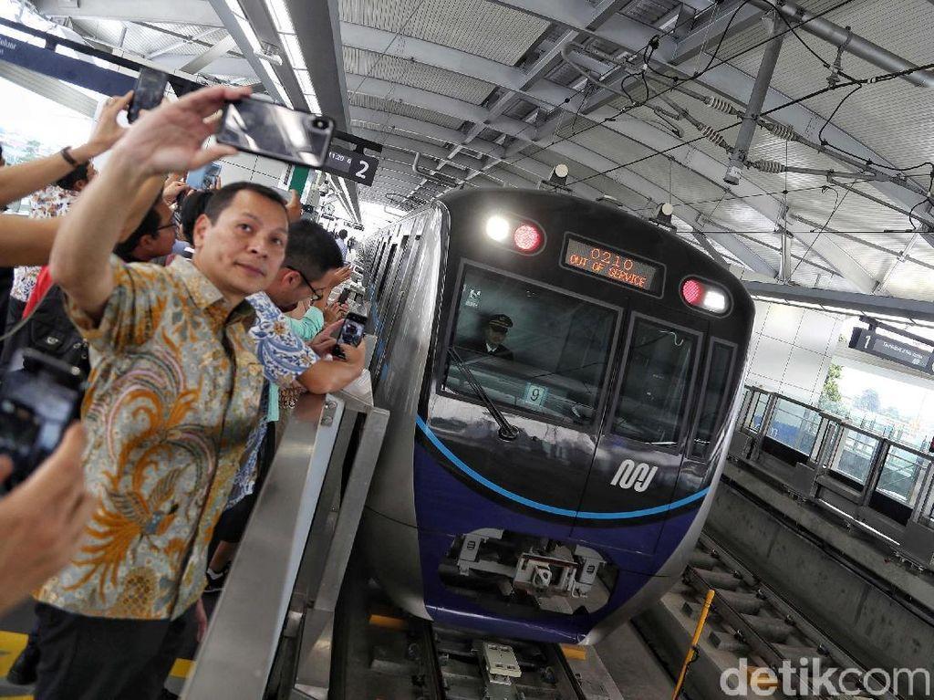 Warga Asyik Selfie di Hari Pertama Uji Coba MRT Jakarta