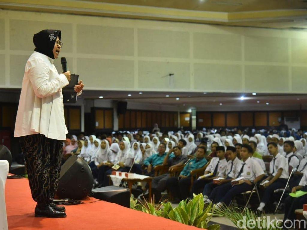 Risma Ingatkan Ribuan Pelajar SMP di Surabaya Bahaya Narkoba