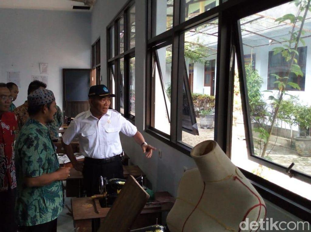 Mendikbud Kecewa Banyak Alat Praktik Terendam Banjir di SMA/SMK Ponorogo