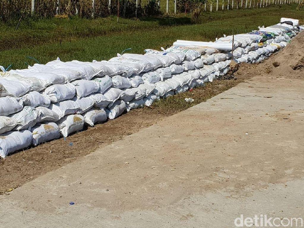 Tol Madiun Siapkan Tanggul Karung Pasir Antisipasi Banjir