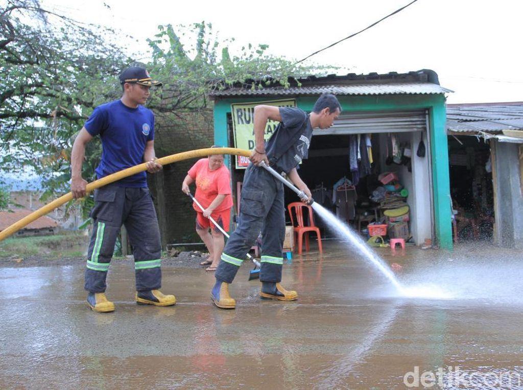 Petugas Bersihkan Lumpur Sisa Banjir di Kabupaten Bandung