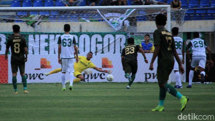 Tira-Persikabo membuang banyak peluang sehingga harus seri tanpa gol melawan Persebaya Surabaya. (Foto: Wisma Putra)