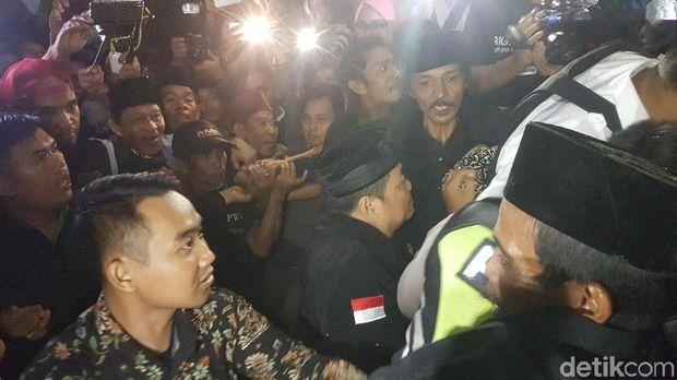 Siti tidak langsung pulang ke rumah. Dia bersama kedua orang tua ditampung lebih dulu di rumah tokoh masyarakat