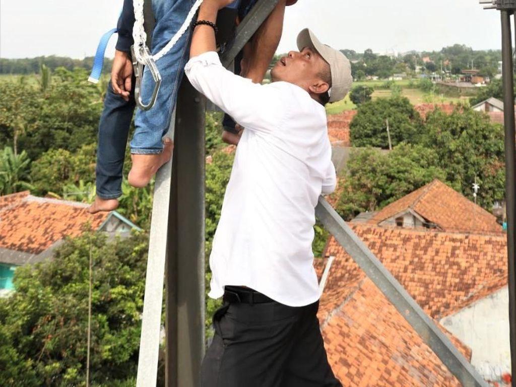 Momen Wabup Purwakarta Panjat Tower Gagalkan Ayah-Anak Bunuh Diri